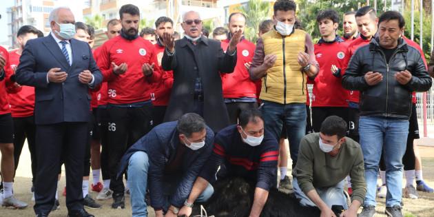 """Futbolcular Kurban Kestiler, Virüssüz Sezon İçin Dua Ettiler"""""""