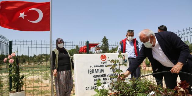 Şehit Mezarları Güllerle Donatıldı