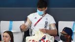 Tokyo Olimpiyatları'nda altın madalya kazanan Tom Daley, sosyal sorumluluk projesi için tribünde örgü ördü