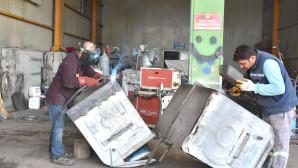 Tarsus Belediyesi Eskiyen Çöp Konteynerlerini Onarıp Yeniden Kullanılır Hale Getiriyor